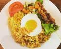 [Keluarkan] Nasi goreng telur goreng + kotak makan siang dengan sate