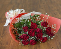 【記念日やお祝いに】バラ12本とかすみ草の花束 8,800円
